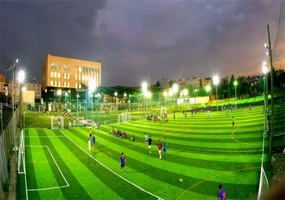 hệ thống chiếu sáng sân bóng cỏ nhân tạo