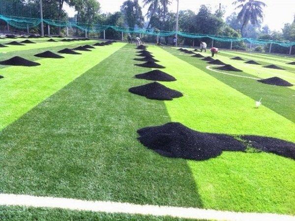 Trải cát và hạt cao su cho sân cỏ nhân tạo