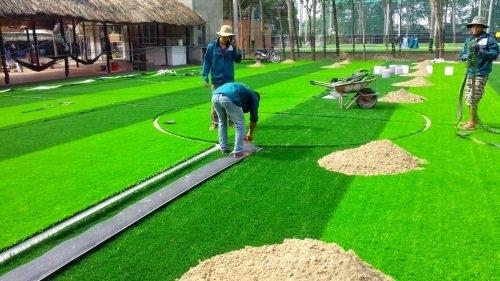 Thay mới cỏ nhân tạo mới cho sân bóng cũ