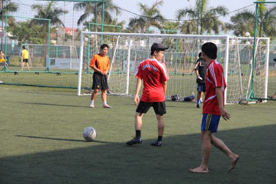 Giới trẻ đã đến sân bóng cỏ nhân tạo