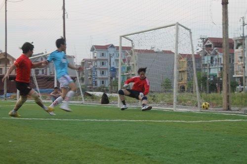 Một trận thi đấu trên sân bóng cỏ nhân tạo Windy
