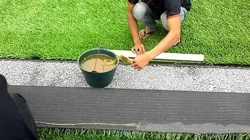 cố định các thảm cỏ nhân tạo trong phương pháp thi công cỏ nhân tạo