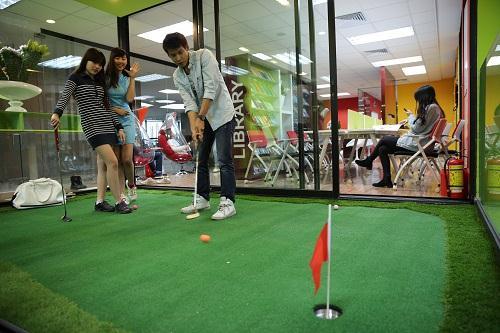 Sân golf cỏ nhân tạo mini trong văn phòng
