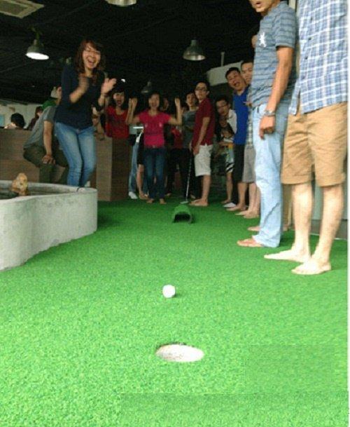 sân golf cỏ nhân tạo trong văn phòng giúp thư giãn sau giờ làm việc căng thẳng