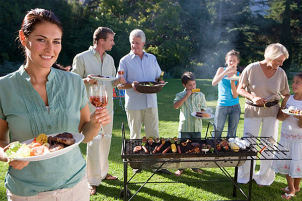 Cỏ nhân tạo sân vườn làm nơi tổ chức tiệc ngoài trời