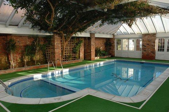 Trang trí hồ bơi bằng thảm cỏ nhân tạo
