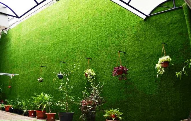 Tường xanh cỏ nhân tạo kết hợp với cây cảnh và hoa.