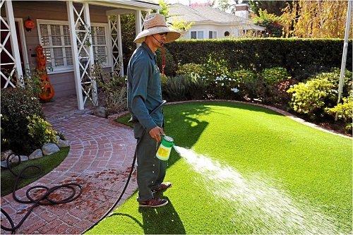 Làm sạch sân cỏ nhân tạo