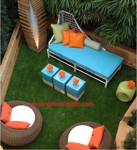 trang trí ban công bằng cỏ nhân tạo
