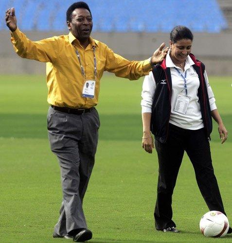 Vua bóng đá Pelé ủng hộ sử dụng mặt sân nhân tạo